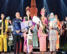 Gubri H Arsyadjuliandi Rachman Beserta Isteri Hj Sisilita Arsyadjuliandi Menyerahkan Piala Kepada Juara 1 Bujang Dan Dara Provinsi Riau Tahun 2017 Di Ska Co Ex. Jumat 22 September 2017
