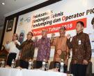 Gubri H Arsyadjuliandi Rachman Menyalami Peserta Saat Hadiri Sekaligus Menutup Secara Resmi BIMTEK Bagi Pendamping & Operator Program Keluarga Harapan (PKH) Se-Prov. Riau, Di H  Grand Zuri, (minggu, 26 Nov 2017)