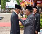 Wagubri H Wan Thamrin Hasyim Menyematkan Pin Satya Lencana 30 Tahun Saat Usai Upacara Peringatan Hari Agraria Nasional ATR/BPN Ke 57 Tahun 2017 Di Halaman Kantor Wilayah ATR/BPN Provinsi Riau