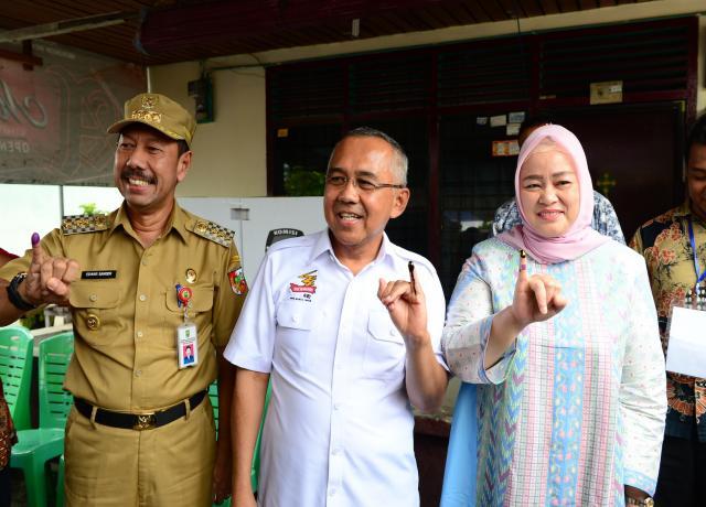 Gubri Dan Isteri Saat Mencoblos Kartu Suara Pilkada Serentak Di TPS 21 Kel. Wonorejo Kec. Marpoyan Damai Kota Pekanbaru