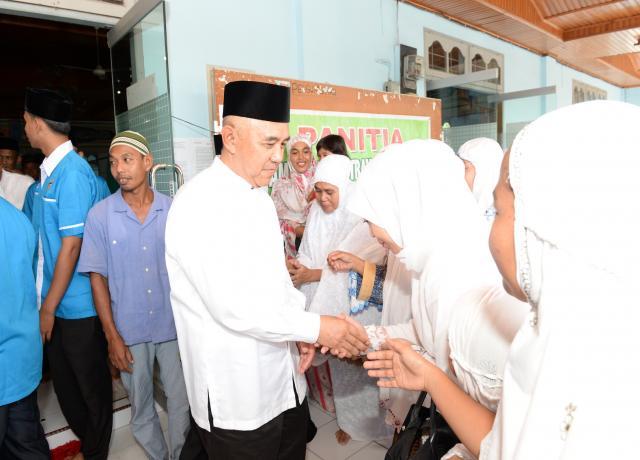 Gubri H Arsyadjuliandi Rachman Bersalaman Dengan Masyarakat Saat Safari Ramadhan Di Masjid Baiturrahman Jl Melur Pangkalan Kerinci Kab Pelalawan