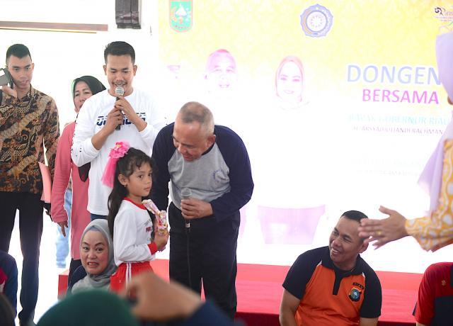 Gubri H Arsyadjuliandi Rachman Memberikan Kuiz Kepada Anak Saat Hadiri Mendongeng Bersempena Hari Kartini Tahun 2017 Di Balai Pelangi Gedung Daerah