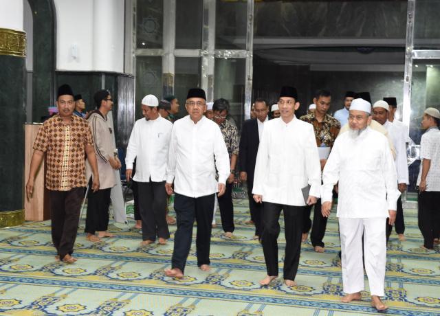 Gubri Memberikan Sambutan Saat Dampingi Wamen ESDM RI Hadiri Peringatan Nuzulul Quran 1438 H Di Masjid Raya Annur Provinsi Riau
