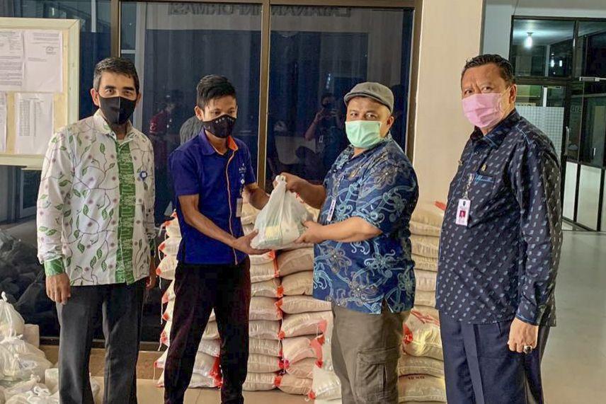 Disnakertrans Riau Salurkan 2.876 Paket Sembako Kepada ...