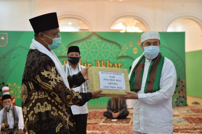 Hari Santri Nasional, Gubri Serahkan 100 Ribu Masker Untuk Santri Se-Riau
