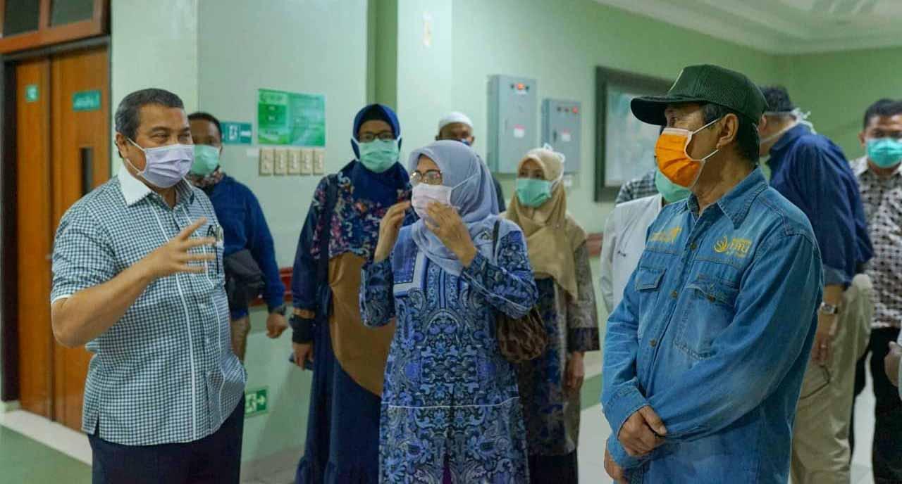 Gubernur Riau (Gubri) Syamsuar Meninjau Rumah Sakit Awal Bros Ahmad Yani Pekanbaru Dan Rumah Sakit Ibnu Sina Pekanbaru Yang Merupakan Rumah Sakit Penyangga Covid-19. Minggu (5/4/2020).