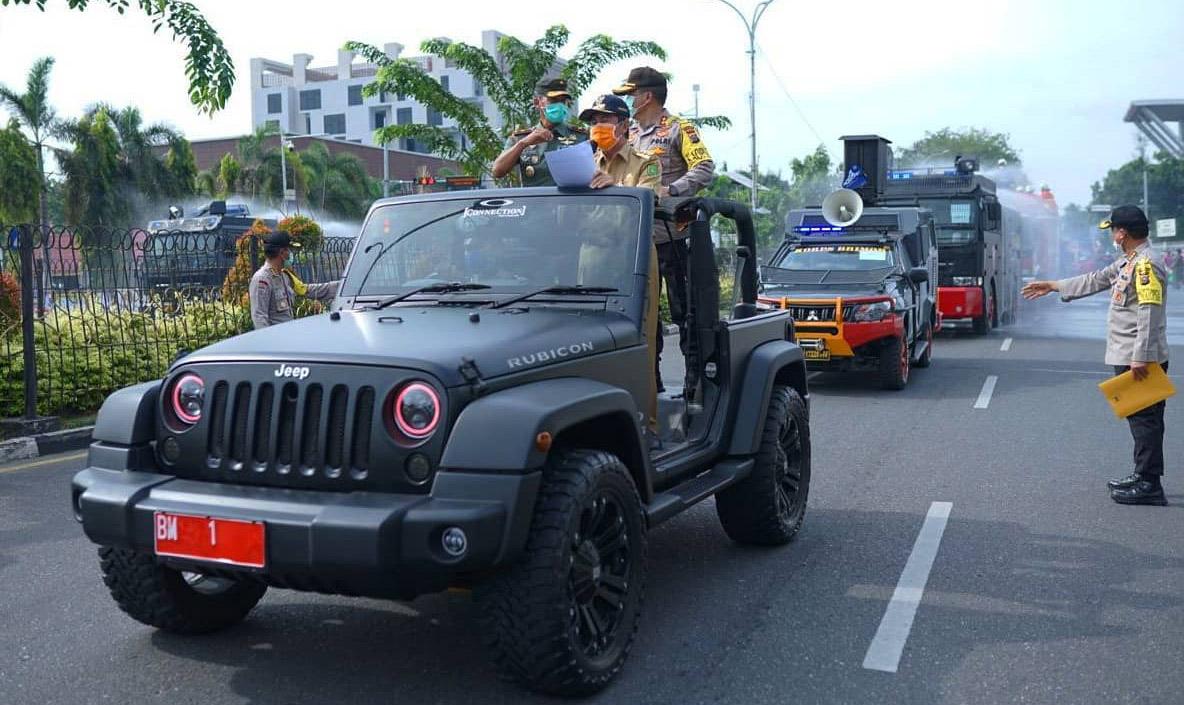 Gubernur Riau, Syamsuar Pimpin Langsung Operasi Penyemprotan Disinfektan Secara Massal Di Jalan Utama Serta Kawasan Penduduk, Selasa (31/01/20).