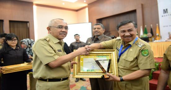 Gubri Serahkan Piala Anugerah Terbaik Penyusunan Renja Pemerintah Daerah Pada Musyawarah Perencanaan Pembangunan (Musrenbang) Provinsi Riau Tahun 2017