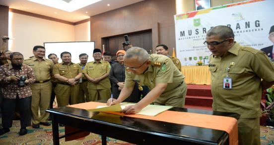 Gubri Tandatangani MoU Antara Pemprov Dengan Pemkab Dan Pemko Pada Musyawarah Perencanaan Pembangunan (Musrenbang) Provinsi Riau Tahun 2017